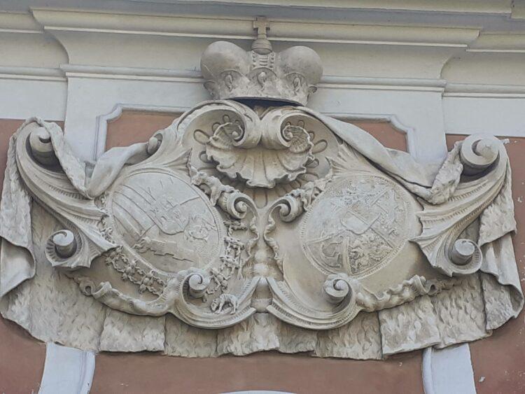 Detail fasády s rorovými znaky